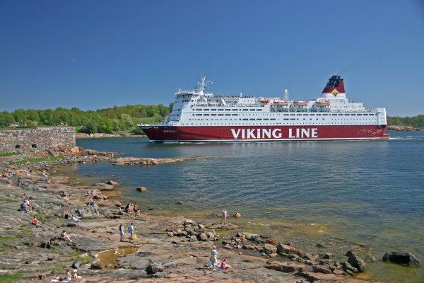 Ferry going past Soumennlina Fort, Helsinki